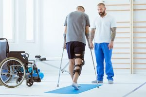 injured-patient-learns-to-walk-on-crutches-in-NK9ADZP